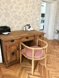Majitel nábytek sám zrenovoval a židličku nechali nově očalounit
