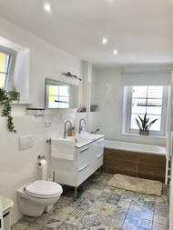 Oproti původní koupelně je ta nová mnohem prostornější a světlejší. Zvětšili ji na úkor kuchyně