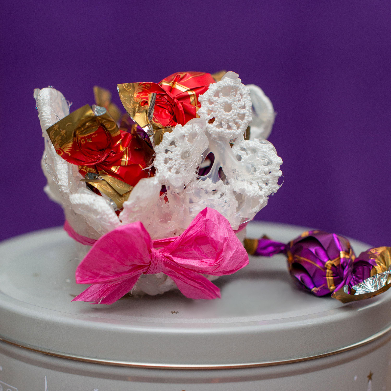 ee9a41e6d Vychytávky ze starých záclon: Schovejte do nich pečivo, cibuli i šperky -  Proženy