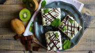 Neotřelý koláč na plech: piškotové kiwi řezy se smetanovým krémem