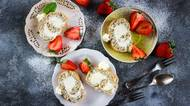 Nejen pro milovníky máku: upečte si nadýchanou piškotovou roládu s tvarohovým krémem a jahodami
